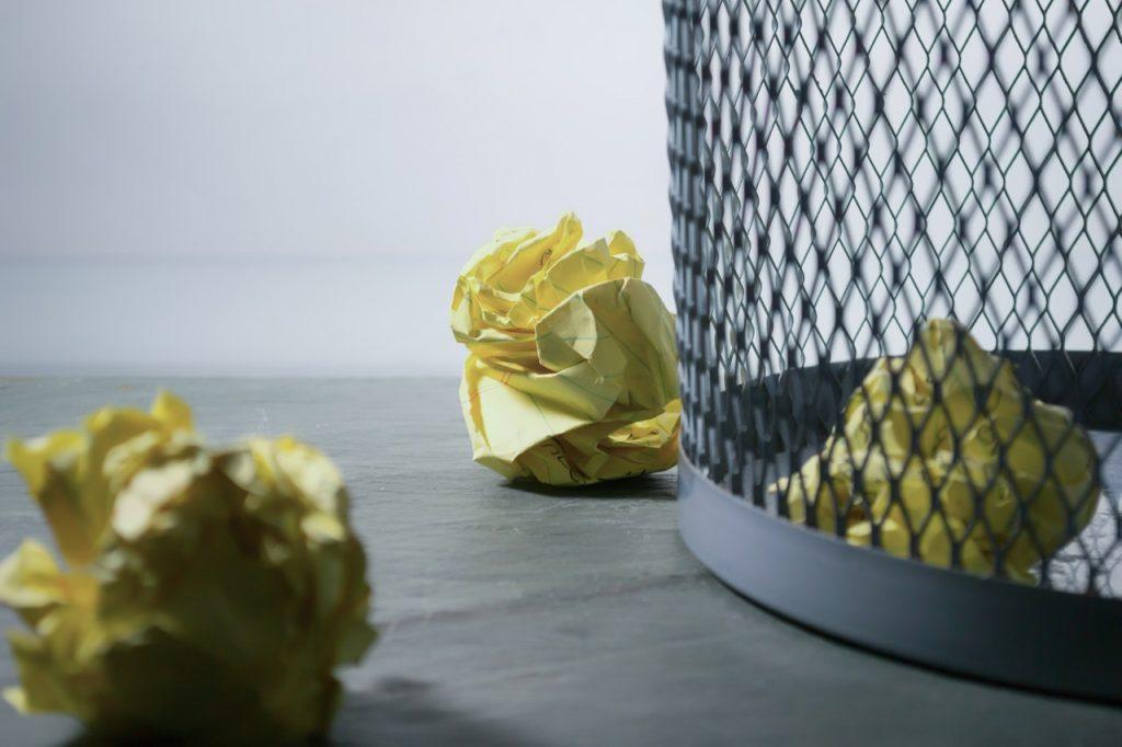 Sediakan Tempat Sampah di Sekitar Meja Kerja